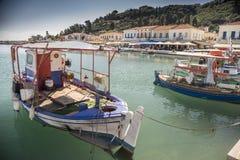 Fischerboote und Katakolon-Hafenufergegend Lizenzfreie Stockbilder