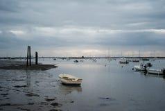 Fischerboote und kleine Boote bei Ebbe in Großbritannien Lizenzfreie Stockfotos