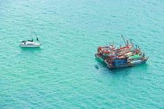 Fischerboote und Kreuzschiffe Lizenzfreie Stockbilder