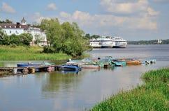 Fischerboote und Motorschiffe in der Wolga im Sommer, Russland Lizenzfreie Stockbilder