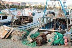 Fischerboote und Netze lizenzfreies stockbild