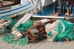 Fischerboote und Netze stockfotos