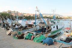 Fischerboote und Netze lizenzfreie stockfotos