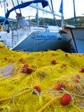 Fischerboote und Netze Stockbild