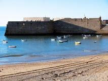 Fischerboote und Schloss von Santa Catalina in Cadiz Lizenzfreie Stockfotografie