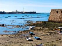 Fischerboote und Schloss von Santa Catalina in Cadiz Stockbilder