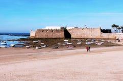 Fischerboote und Schloss von Santa Catalina in Cadiz Lizenzfreie Stockfotos