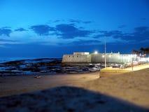 Fischerboote und Schloss von Santa Catalina in Cadiz Lizenzfreies Stockbild