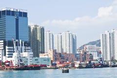 Fischerboote und Wohnblöcke in Hong Kong lizenzfreies stockbild