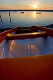 Fischerboote verankert in Meer während des Sonnenuntergangs lizenzfreies stockfoto