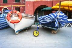 Fischerboote von Vernazza Mutter mit zwei Töchtern Lizenzfreie Stockfotografie