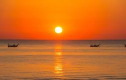 Fischerboote ziehen ihre Netze bei dem Sonnenaufgang Adriatische Kosten Emilia Romagna Italien Lizenzfreies Stockbild