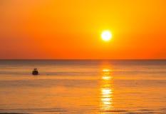 Fischerboote ziehen ihre Netze bei dem Sonnenaufgang Adriatische Kosten Emilia Romagna Italien Stockfoto