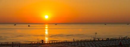 Fischerboote ziehen ihre Netze bei dem Sonnenaufgang Adriatische Kosten Emilia Romagna Italien Stockbilder