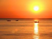 Fischerboote ziehen ihre Netze bei dem Sonnenaufgang Adriatische Kosten Emilia Romagna Italien Lizenzfreies Stockfoto