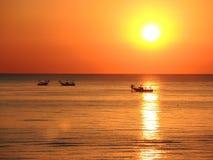 Fischerboote ziehen ihre Netze bei dem Sonnenaufgang Adriatische Kosten Emilia Romagna Italien Stockfotografie