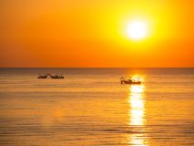 Fischerboote ziehen ihre Netze bei dem Sonnenaufgang Adriatische Kosten Emilia Romagna Italien Lizenzfreie Stockfotos