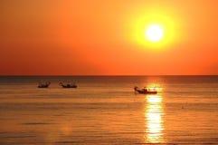 Fischerboote ziehen ihre Netze bei dem Sonnenaufgang Adriatische Kosten Emilia Romagna Italien Lizenzfreie Stockbilder