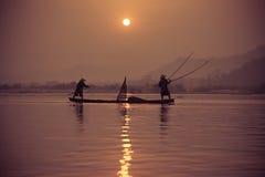 Fischerbootfluß lizenzfreies stockbild