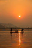 Fischerbootfluß lizenzfreies stockfoto
