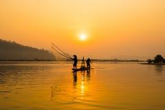 Fischerbootfluß lizenzfreie stockfotografie