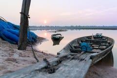 Fischerbootparken am Flussuferabend bewölkt sich auf Sonnenuntergang, Roi Et, Thailand Stockbilder