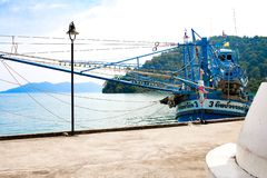Fischerbootschiff auf Insel lizenzfreie stockfotos