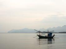 Fischerbootschwimmen Lizenzfreie Stockfotos
