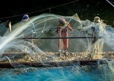 Fischerbretterbude weg vom Fischernetz Stockfotos