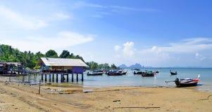 Fischerbretterbuden und -boote bei Ebbe in Mook-Insel lizenzfreie stockfotografie