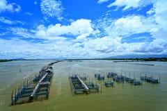 Fischerdorf im thailändischen Meer Stockfotografie