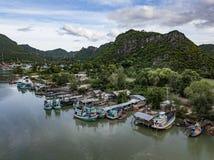 Fischerdorf in ländlichem Thailand stockbilder