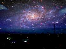 Fischerdorf und -galaxie über dunklem Meer im nächtlichen Himmel Stockbild
