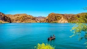 Fischerei auf Canyon See in der Wüsten-Landschaft von Tonto-staatlichem Wald Stockbild