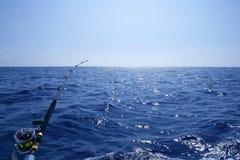Fischerei auf dem Boot mit mit der Schleppangel fischenem Gestänge und Bandspule. Lizenzfreie Stockfotos