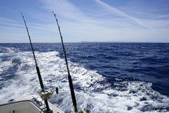 Fischerei auf dem Boot mit mit der Schleppangel fischenem Gestänge und Bandspule. Lizenzfreies Stockbild