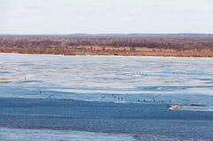 Fischerei auf dem Fluss im Vorfrühling in Russland Lizenzfreie Stockbilder