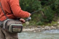 Fischerei auf dem Gebirgsfluss stockfoto