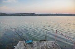 Fischerei auf einem hölzernen Pier Stockbild