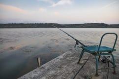 Fischerei auf einem hölzernen Pier Lizenzfreie Stockbilder