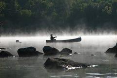 Fischerei auf einem nebelhaften Morgen Lizenzfreie Stockbilder