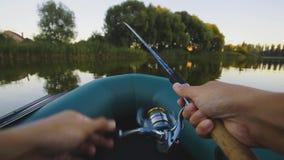 Fischerei auf einem See vom Gummiboot Erst-Person Ansicht