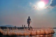 Fischerei auf Lak See auf der Sonnenuntergangzeit Lizenzfreies Stockbild