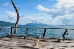 Fischerei auf sich hin- und herbewegendem Hausboot - Thailand Lizenzfreies Stockfoto