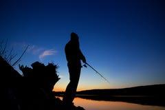 Fischerei bei Sonnenuntergang nahe dem Meer Lizenzfreies Stockbild