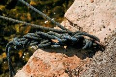 Fischerei das bunte Seil oben gebunden an einem Haken, Abschluss Lizenzfreie Stockfotografie