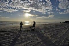 Fischerei an den langen Schatten des Sonnenuntergangrestlichts Lizenzfreie Stockbilder
