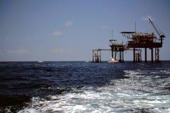 Fischerei an den Schmieröl-u. Gas-Plattformen Stockfoto