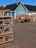 Fischerei der Bretterbude mit Hummer-Fallen und Exemplar-Raum lizenzfreies stockbild