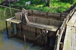 Fischerei der Falle auf dem Fluss Stockfotos